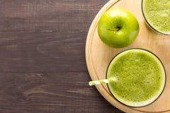 Gezonde groene smoothie met appel op rustieke houten achtergrond Stock Fotografie