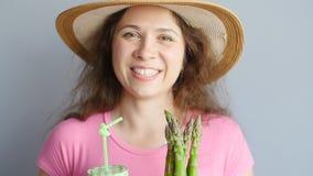 Gezonde groene smoothie met asperge in vrouwen` s hand stock videobeelden