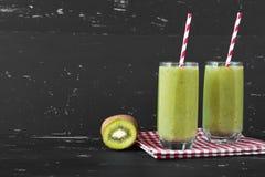 Gezonde groene smoothie op de donkere achtergrond Stock Foto's