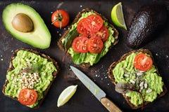 Gezonde groene veggie avocadotoost met spruiten Royalty-vrije Stock Foto's