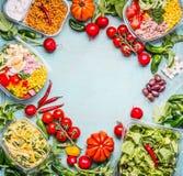 Gezonde het eten achtergrond met Verscheidenheid van groente en van de groentensalade kommen Geschiktheid of dieetvoeding Haal lu stock afbeelding