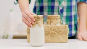 Gezonde het eten de melkflessen van natuurvoedinglandbouwers stock footage
