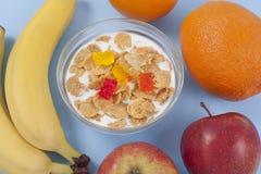 Gezonde het eten ontbijtkom van lage calorieënmuesli met vruchten Royalty-vrije Stock Fotografie