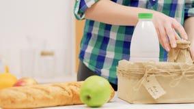 Gezonde het eten organische lokaal koopt het brood van het melkfruit stock footage