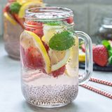Gezonde het zaaddrank van detoxchia met aardbei, citroen en munt in glaskruik, vierkant formaat royalty-vrije stock afbeeldingen