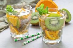 Gezonde het zaaddrank van detoxchia met horizontale kiwi, sinaasappel en munt, stock foto's