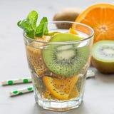 Gezonde het zaaddrank van detoxchia met kiwi, sinaasappel en munt in glas, vierkant formaat stock foto's