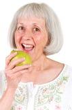 Gezonde Hogere Dame Eating Green Pear stock afbeeldingen