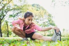 Gezonde jonge Aziatische vrouw die bij park uitoefenen Royalty-vrije Stock Fotografie