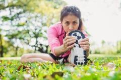 Gezonde jonge Aziatische vrouw die bij park uitoefenen Stock Afbeelding