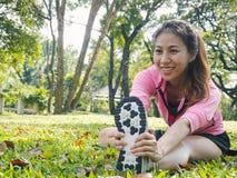 Gezonde jonge Aziatische vrouw die bij park uitoefenen Geschikte jonge vrouw die opleidingstraining in ochtend doen Royalty-vrije Stock Fotografie