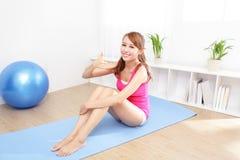 Gezonde jonge vrouw die yoga thuis doen Stock Fotografie