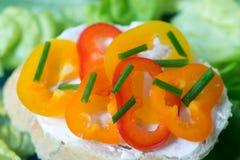 Gezonde kleine open sandwich met peper en bieslook selectieve foc Stock Afbeeldingen