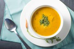 Gezonde kom de soep van de Dalingspompoen Royalty-vrije Stock Foto's