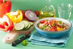 Gezonde kouskoussalade met de courgetteui van de tomatenpeper Royalty-vrije Stock Afbeelding