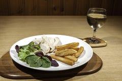 Gezonde laag - de maaltijd van de caloriekip met salade en wijn Royalty-vrije Stock Afbeeldingen