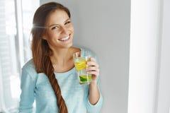 Gezonde Levensstijl en Voedsel Vrouw het Drinken Fruitwater detox H Stock Foto