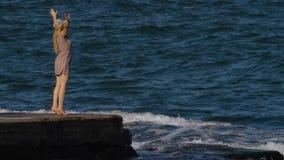 Gezonde Levensstijl Mens en aard Hygiëne bij de kust Yogabeginner stock videobeelden