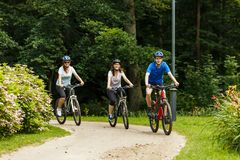 Gezonde levensstijl - mensen die fietsen in stadspark berijden Stock Fotografie