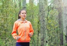 Gezonde levensstijl sportieve vrouw die vroeg in de ochtend in F lopen Stock Fotografie