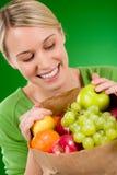 Gezonde levensstijl - vrouw met fruit in document zak Stock Foto