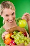 Gezonde levensstijl - vrouw met fruit in document zak Royalty-vrije Stock Afbeeldingen