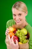 Gezonde levensstijl - vrouw met fruit in document zak Stock Afbeelding