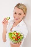 Gezonde levensstijl - vrouw met plantaardige salade Stock Afbeeldingen