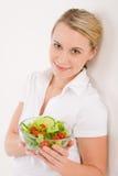 Gezonde levensstijl - vrouw met plantaardige salade Royalty-vrije Stock Afbeeldingen