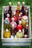 Gezonde likeur met vruchten en alcohol stock afbeeldingen