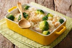 Gezonde lunch: rijst met broccoli, kippen, knoflook en kaascl stock fotografie