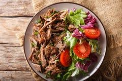 Gezonde lunch: teder rundvlees met plantaardig saladeclose-up op pl royalty-vrije stock fotografie