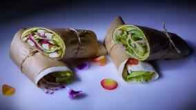 Gezonde lunchsnack Stapel Mexicaanse omslagen van de fajitatortilla van het straatvoedsel met de geroosterde filet van de buffels stock afbeelding