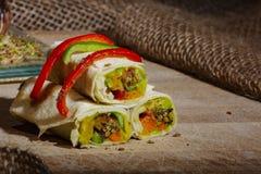 Gezonde lunchsnack Stapel Mexicaanse omslagen van de fajitatortilla van het straatvoedsel met verse groenten stock afbeelding