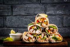 Gezonde lunchsnack Stapel van Mexicaanse fajita van het straatvoedsel tortill stock afbeelding