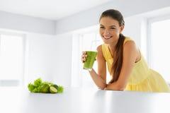 Gezonde Maaltijd Vrouw die Detox Smoothie drinken Levensstijl, Voedsel Dr. Stock Foto's
