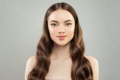 Gezonde modelvrouw met duidelijke huid en perfect haar Het Portret van de kuuroordschoonheid stock foto