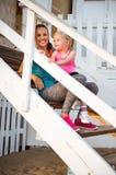 Gezonde moeder en babymeisjeszitting op treden Stock Afbeelding