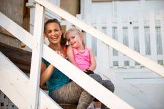 Gezonde moeder en babymeisjeszitting op treden Royalty-vrije Stock Afbeeldingen