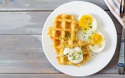Gezonde ontbijt of snack Aardappelwafels en gekookt ei op grijze houten lijst Hoogste mening Vlak leg stock afbeeldingen