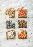 Gezonde ontbijt of snack met wholegrain toosts, hoogste mening royalty-vrije stock fotografie