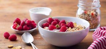 Gezonde ontbijt Verse granola, muesli met yoghurt en bessen op houten achtergrond royalty-vrije stock foto's