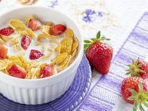 Gezonde ontbijtcornflakes en aardbeien royalty-vrije stock afbeeldingen