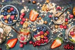 Gezonde ontbijtingrediënten: muesli, diverse bessen, noten en zaad stock afbeeldingen
