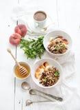 Gezonde ontbijtkom van havergranola met yoghurt Stock Afbeeldingen