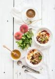 Gezonde ontbijtkom van havergranola met yoghurt Stock Foto's