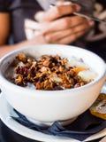 Gezonde ontbijtkom van Yoghurt, granola, zaden, en noten Stock Afbeeldingen