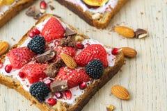 Gezonde ontbijtplak van wholegrain toost met roomkaas, strawberrys, noten en Blackberry Hoogste mening royalty-vrije stock foto's