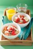 Gezonde ontbijtquinoa met de kokosnotenvlokken van de aardbeibanaan Stock Fotografie