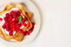 Gezonde ontbijttoosts met framboos en kwark royalty-vrije stock afbeelding